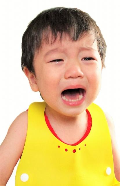 イヤイヤ泣く子供