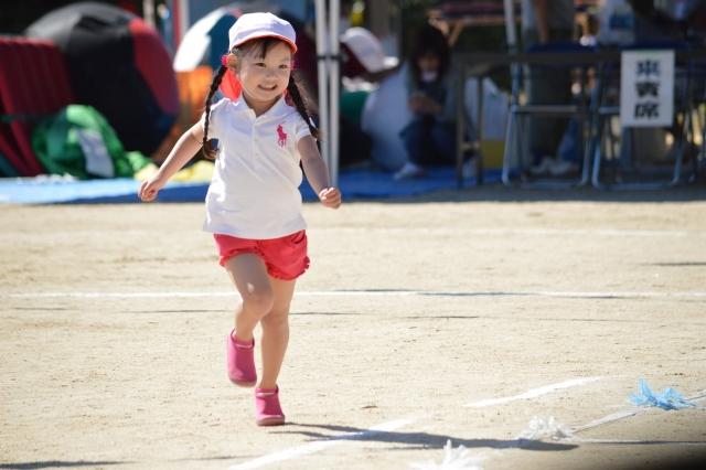 運動会で走る子供