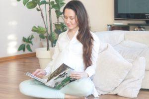 雑誌を見る妊婦