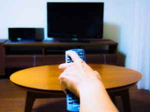 テレビを見ようとする女性
