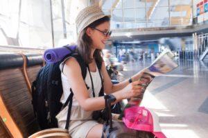 一人旅に出発する女性